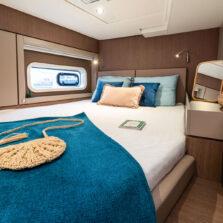 Cabina con letto matrimoniale sul catamarano Bali 4.6