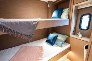 Cabina con letti a castello sul catamarano Bali 4.6